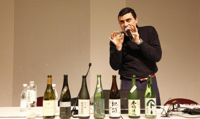 """Marco Massarottoci guida alla scoperta del vino di riso giapponese. E' fondatore e presidente dell'associazione La Via del Sake, che dal 2011 promuove il sake e la cultura enogastronomica del Giappone in Italia e in Europa. Dal 2014 organizzatore del Milano Sake Festival. È kikisake-shi (sake sommelier) presso il Sake Service Institute di Tokyo e """"Certificate Level 3 in Sake"""" presso il Wine and Spirit Education Trust di Londra"""