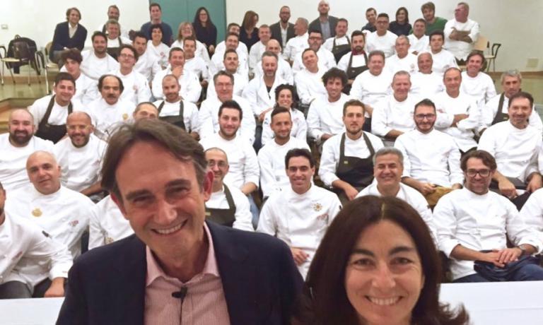 Piero Gabrieli e Chiara Quaglia al termine della terza e ultima giornata di PizzaUp 2015. Dietro di loro, tutti i pizzaioli che hanno partecipato al simposio, e in fondo gli ospiti della stampa