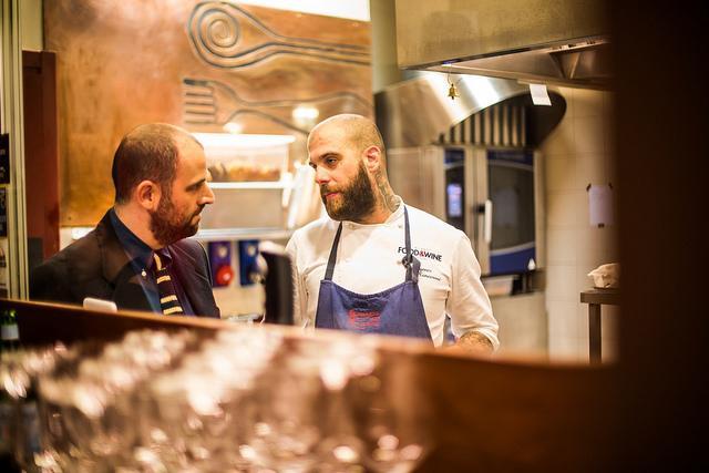 Eugenio Roncoroni a colloquio con il sommelierGiacomo Gironi: assieme all'altro co-chef Beniamino Nespor, sono i protagonisti del nuovo corso de Al Mercatodi Milano (foto Aromicreativi)