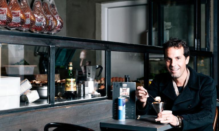 Tony Nicolini, figlio di abruzzesi, è ambasciatore della pizza italiana di qualità in Australia. Il suo marchioDOC Gastronomia Italianasiglaun espresso & pasta bar, tre pizza e mozzarella bar (la prima nata nel 1997)e un negozi di alimentari di lusso dopo. Nicolini sarà relatore a Identità di pizza lunedì 7 marzo(foto Broadsheet)