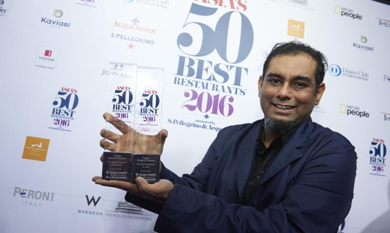 Gaggan Anand, chef del Gaggan di Bangkok. E' stato eletto miglior ristorante asiatico della Asia's 50 Best Reastaurants, per il secondo anno consecutivo. Tiene in mano due trofei: l'altro è come miglior ristorante thailandese (foto Asia's 50 Best Restaurants 2016, sponsorizzato da S.PellegrinoeAcqua Panna)