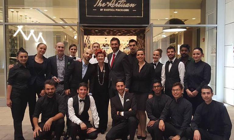 La squadra di The Artisan, il nuovo ristorante aperto dall'Enoteca Pinchiorri di Firenze al primo piano delBurj Daman, neonato complesso di 3 torri nelquartiere DIFC diDubai, Emirati Arabi. L'insegna, di apertura imminente, attualmente è in regime di soft opening. Prenotazioni:+971.04.3388133 einfo@theartisan.ae. Nella foto di gruppo della brigata di sala, con la chef dell'Enoteca Annie Féolde, si riconoscono il proprietario libaneseFirasFawaz (asinistradella Signora) e l'altissimomaître campano CostanzoScala(a destra)