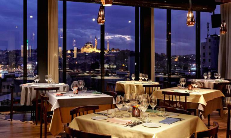 La sala del ristorante Neolokal, sulla Bankalar diKaraköy aIstanbul, Turchia. Il ristorante di Maksut Aşkar, telefono +90.212.2440016 ha stregato la collega italiana Cristina Bowerman, autrice del pezzo che segue