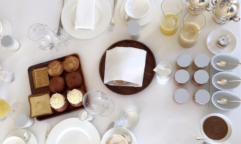 La tavola così come si presenta al mattino nella