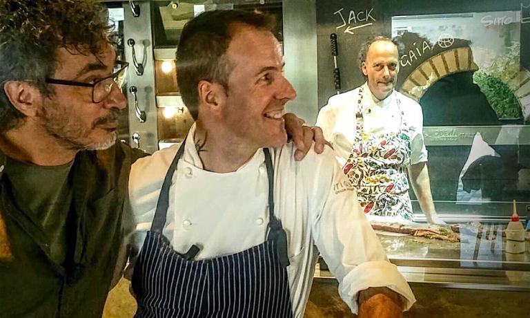 Teo Musso e Simone Padoan osservano Moreno Cedroni al forno de I Tigli. Lo chef racconta il suo rapporto con la pizza in questo articolo per la newsletter Identità di Pizza (per leggerla regolarmente, iscriversi gratuitamente qui)