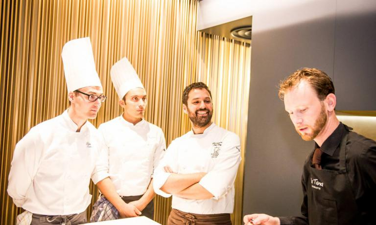 Alessandro Dal DeganedEnrico Maglio (secondo e primo da destra) sono le colonne della cucina e della sala del ristorante La Tana, di Asiago (Vicenza), una stella Michelin,un progetto che cresce vertiginosamente, ci racconta Lorenzo Sandano