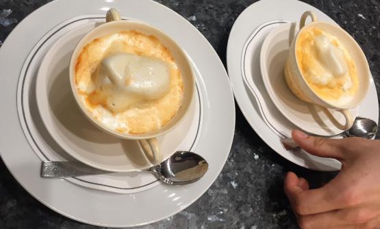 Gelato al fiordilatte imbrunito dall'affumicatura del rosmarino, un promettente esperimento di Carlo Cracco eLuca Sacchi, sous chef e pasticciere del ristoranteCracco di Milano