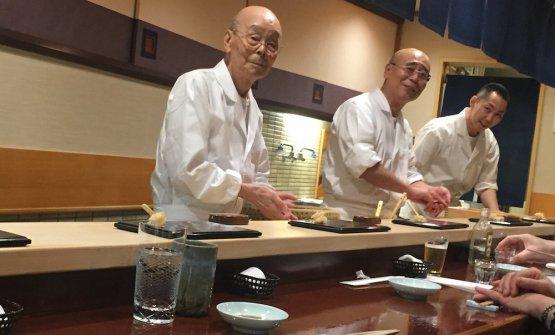 In primo piano, Jiro Ono, 92 anni, sushiman da quando ne aveva 8, patron di SukiyabashiJiro, nel quartiere di Ginza, tre stelle Michelin. Alla sua destra, il figlio Yoshihiro, 54 anni. Yoshi ha un fratello, Takashi, alla guida di Sushi Jiro a Roppongi, due stelle Michelin (foto Zanatta)