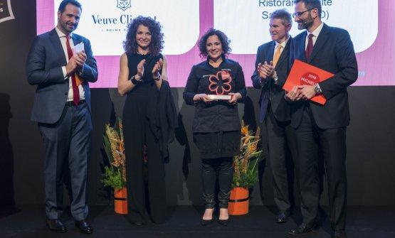 Il momento della premiazione da parte di Michelin Italia e Veuve Clicquot di Fabrizia Meroi (foto Brambilla/Serrani)