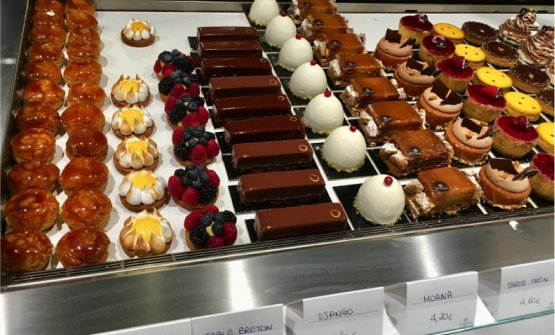 Il banco dei dolci diLe Levain,via Luigi Santi