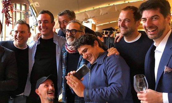 Nella foto, da sinistra a destra, Tim Raue, Will Guidara, Enrico Crippa (in basso), Joan Roca, Massimo Bottura, Mauro Colagreco, Daniel Humm e Massimiliano Alajmo. Sono tra i protagonisti della serata della World's 50Best, questa sera live da Bilbao su finedininglovers.com(streaming)e www.identitagolose.it (live post) dalle ore 20.45. (foto instagram/alajmobros)