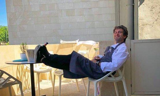 Josean Alija, chef del Nerua al Museo Guggenheim di Bilbao, Paesi Baschi, si rilassa sulla terrazza del ristorante dopo i giorni di fuoco della World's50Best (foto Instagram/JoseanAlija)