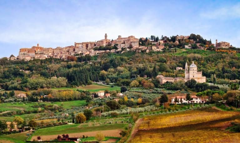 Montepulciano, un borgo medievale di bellezza straordinaria, da cui si gode una vista mozzafiato della Val D'Orcia. E famoso nel mondo per il suo Vino Nobile, a cui durante il mese di agosto viene dedicata una rassegna che lo fa sposare con molti sapori diversi