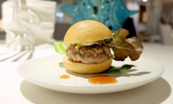 Il nostro pasto inizia con Un panino da spiaggia, praticamente un fishburger: tartare di tonno rosso, maionese al cipollotto, salsa ponzu, bonito secco e alga kombu. Tutte le foto dei piatti sono di Tanio Liotta