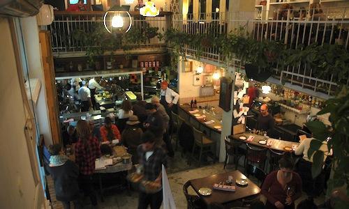 Il ristorante Machneyuda�di Gerusalemme, Israele,�10 beit yaakov 10 street, telefono +972.053.8094897. Gestito da 3 giovani cuochi, � un ristorante di mercato: i piatti sono preparati direttamente al tavolo con le primizie del vicino Mahane Yehuda