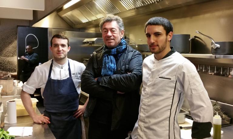 Bruno Verjus insieme agli chef Gabriel Mahgoub (a destra), Thomas Laverie (a sinistra) e monsieur Kanté, il plonge (il lavapiatti, sul fondo) compongono la brigata di Table