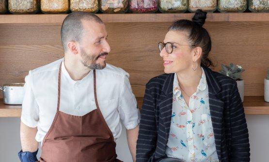 Lo chef Mirko Gattiassieme alla maître e sommelier del ristorante Sara Pau