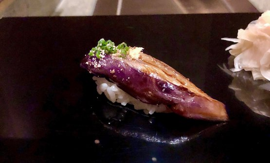 Primo sushi: è dimelanzana con zenzero candito ed erba cipollina. Caldo, è una totale goduria. Una sorta di baba ganush con note piccanti
