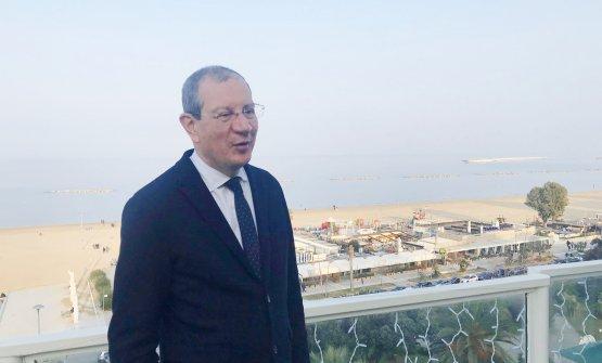 Valentino di Campli, presidente del Consorzio Tutela Vini d'Abruzzo, e sullo sfondo il mar Adriatico