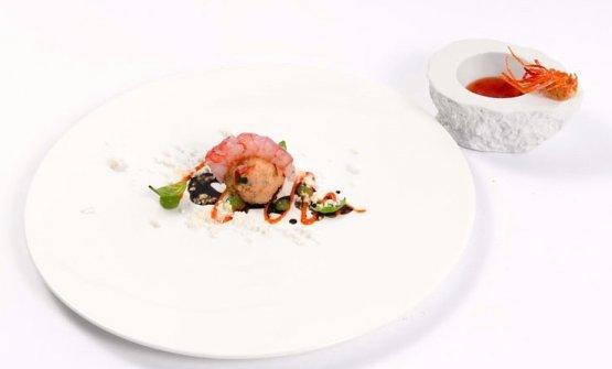 Acquasale con gambero violetto accompagnato da testa di gambero soffiata e salsa dolce piccante