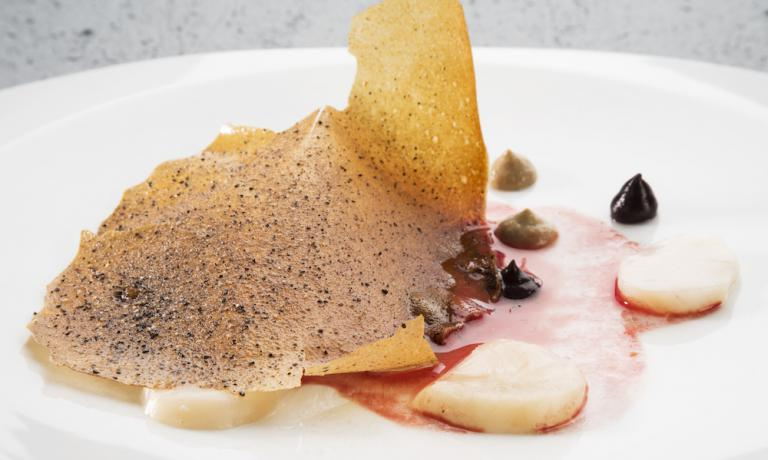 Capesante, funghi maitake e olivagno, piatto presentato a Identità Milano