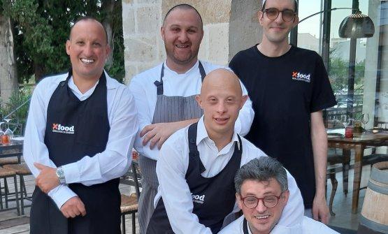 Danilo Vita (in piedi al centro) con i ragazzi del team X Food