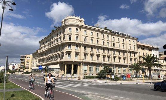 L'hotel Principe di Piemonte, sul lungomare viareggino. Fu eretto nel 1925, inizialmente su due piani, col nome di Select Palace Hotel. Nel 1938 acquistò il nome che conserva tutt'oggi. Tutte le foto che seguono sono di Gabriele Zanatta
