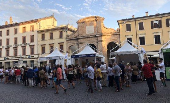 Code ordinate in piazza Cavour a Rimini, sede dell'Ulisse Fest