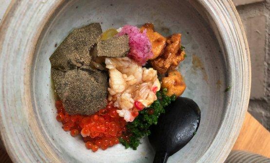 La giornata era cominciata al mattino, con un travolgente fuori menu di evidente ispirazione giapponese: Riso cotto con acqua di koji, granchio reale, ricci di mare glassati, uova di trota marinate, lattuga di mare, rapanello marinato, erba cipollina, burro d'alga arrostita