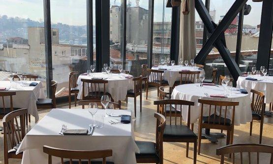 Neolokal è al primo piano del Salt Galata Building, un magnifico palazzo ottomano di fine Ottocento, che un tempo ospitava una banca. Al piano terra, un bar in cui bere un magnifico caffe turco e altre bontà della tradizione
