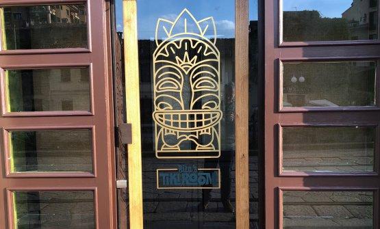 La vetrina d'ingresso. Il logo è dell'agenziaPaperplane