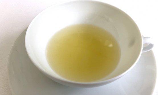 Il percorso vegetale di Taglienti può salpare con un'Acqua, olio, limone e liquirizia oppure con un altrettanto corroborante Sedano e yuzu (nella foto), ottenuto da un blend di infuso di sedano di Verona, sakedi yuzu, colatura di alici, succo di limone e yuzu. Sono «esilir di freschezza» che resettano il palato e preparano alle acidità successive. Proprio il concetto di acidità è centrale nel menu vegetale dello chef di Lume: occorre avere un sesto senso, saperle padroneggiare dopo averci ragionato a lungo. Con verdure e acidità non s'improvvisa e qui lo sforzo è chiaro