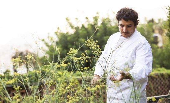 Mauro Colagreco nei giardini del Mirazur, rifugio e punto fermo durante il lockdown, fonte di ispirazione per la ripartenza. Èda qui che inizia l'Esperienza Mirazur nel nuovo capitolo del tristellato. FotoMatteo Carassale