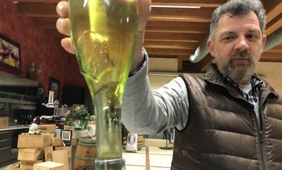Silvio Piona mostra una rifermentazione in bottiglia