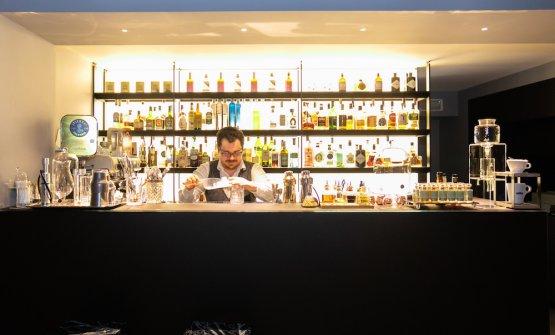 E' di Valcucine anche il bancone la scaffalatura speciale, conretroilluminazione, del bar