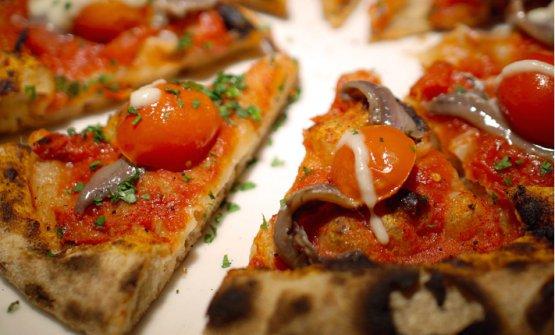 Pizza rossa con filetti di alici di Sicilia
