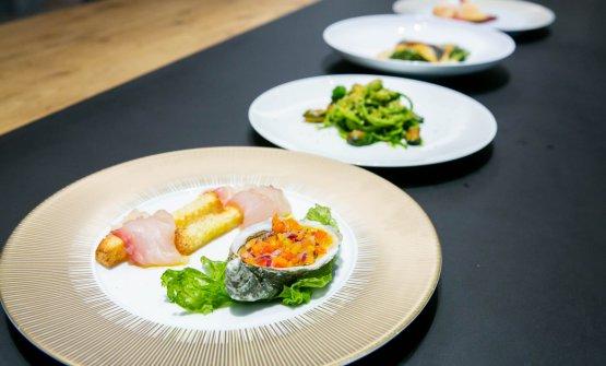 Tutti i piatti del menu di Tuccino. In primo piano l'antipasto:Ostrica marinata alle verdurine eCarpaccio d'orata su crostone di Altamura