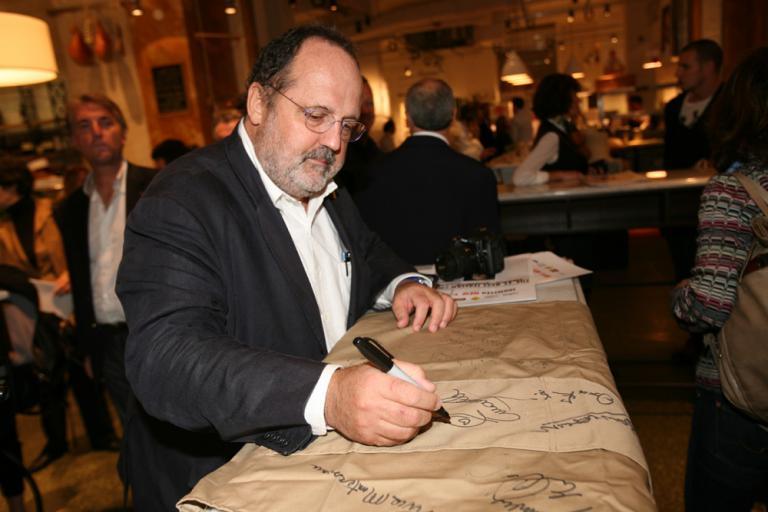 Paolo Marchi, ideatore e curatore di Identità Golose, firma il grembiule ricordo di Identità New York 2010