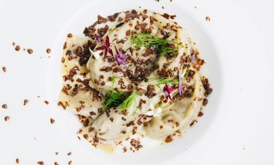 Primo piatto della Tenda Rossa: Pappardella farcita di lepre, cipolla di Certaldo, cioccolato e gin vaporizzato (foto di Stefano Butturini)