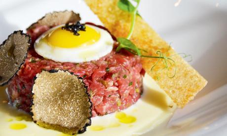 Tartare di manzo, fonduta al Grana Padano, uovo di quaglia e tartufo