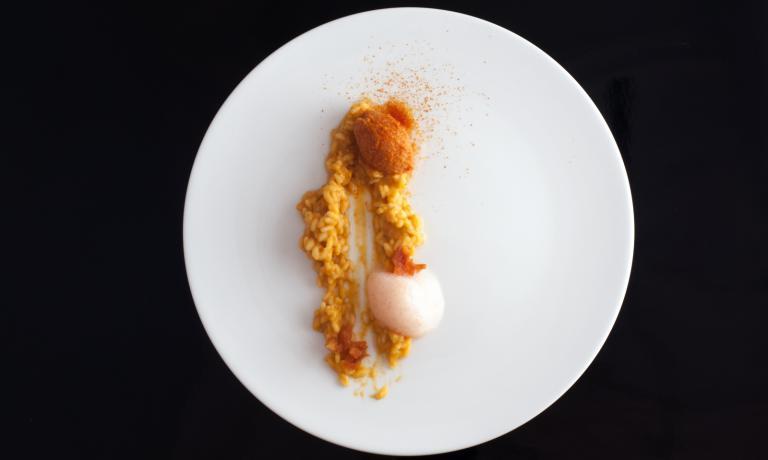 Il risotto di Igles Corelli- chef e patron del Ristorante Atman, presso Villa Rospigliosi, a Spicchio di Lamporecchio, in provincia di Pistoia, +39.0573.803432- si chiama Tuttopomodoro: è infatti arricchito dasorbetto, aria, polvere e confit di pomodoro