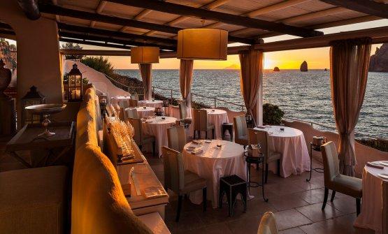 La terrazza del ristorante a picco sul mare