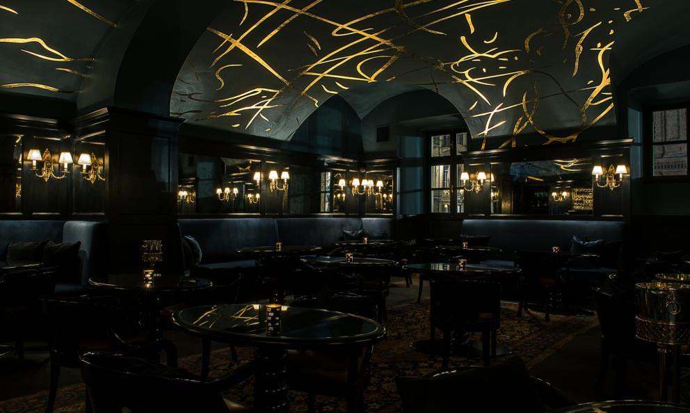 Il Bar Cavourdel ristorante Del Cambio(piazza Carignano 2d, +39.011.546690): cocktail bar e bistrot aperto fino a tardi