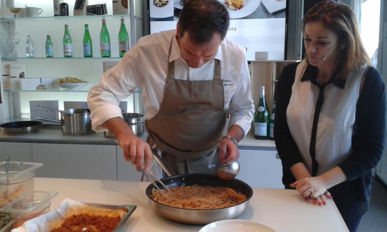 Stefano Di Gennaro al lavoro sotto lo sguardo della presentatrice ufficiale di Identità di Pasta, Eleonora Cozzella