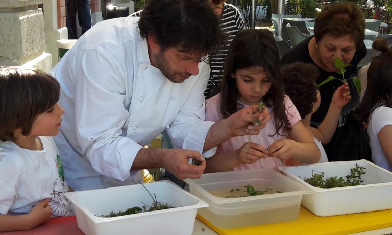 Cesare Battisti coi bambini coinvolti nel progettoMiColtivo. Orto a Scuola