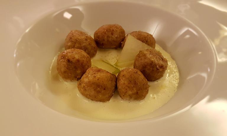 Gnocchi di pane di segale, camomilla della Val Ferret, crema di Seras e mela acida