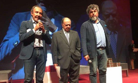 Enzo Vizzari tra Antonio Paolini e Andrea Grignaffini, ossia i due curatori della guida I Vini d'Italia 2018 de l'Espresso