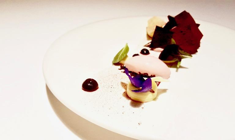 Rapa rossa e cioccolato bianco. Un accostamento originale per la ricetta del 2017 presentata da Stefano Di Gennaro, chef delQuintessenza di Trani