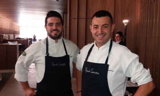 A destra, Ricard Camarena, chef valenciano classe 1974, con lo chef di cucina Pedro Aguilera. Il suo ristorante gourmet è ora inserito nel complesso artistico Bombas Gens, in avenida de Burjassot 54 (foto Philippe Regol)