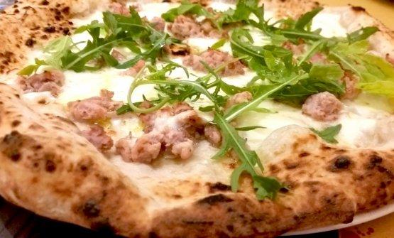 La pizza Affumicatacon mozzarella di bufala, salsiccia di Nero Casertano affumicata con legno di quercia e di castagna e rucola a crudo